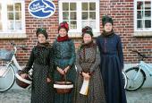 Piger i Sønderhodragt på Sønderhodag