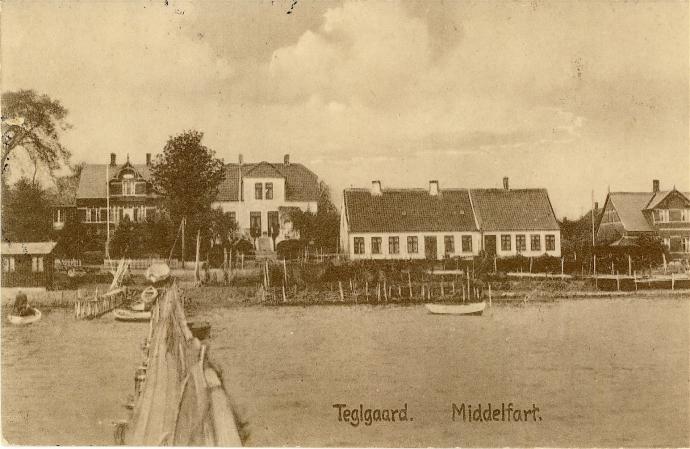 Teglgård med fiskerhuse og sommerpensionater.