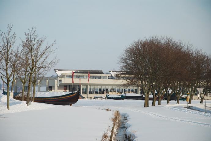 Vikingeskibshallen med vikingeskibe