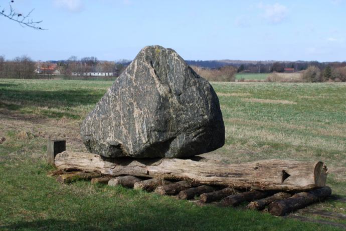 Stenen ved øm jætestuen
