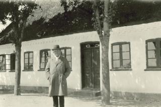 Carl Nielsen foran sit barndomshjem i Nr. Lyndelse.