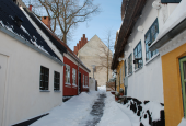 Sankt Jørgensbjerg Kirke set fra sti