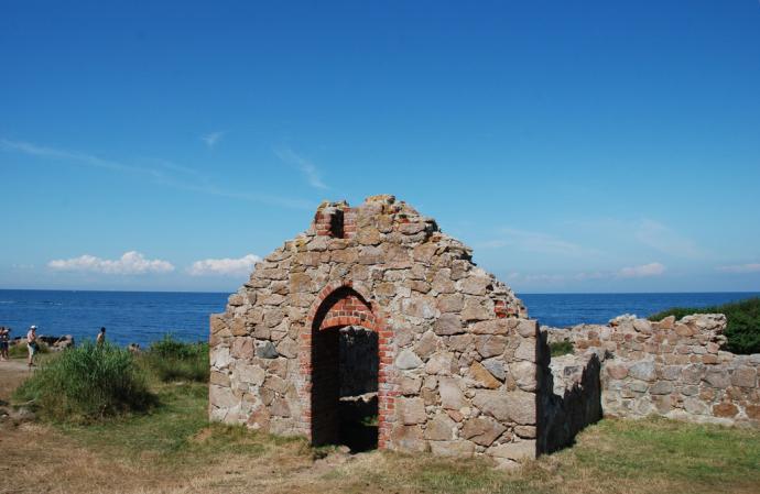 Salomons Kapel med havet i baggrunden