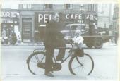 Mand med cykel