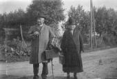 Mads Laus og Dorthe venter på rutebilen