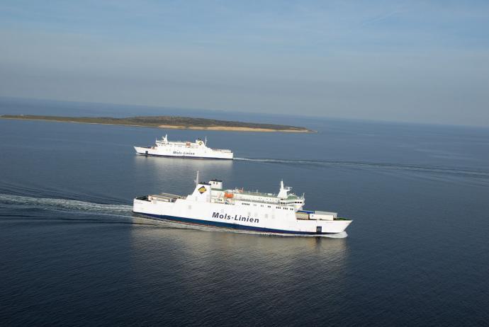 To færger krydser