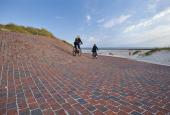 """Kunstværket """"Vestled"""" gør det muligt at komme ned på stranden på cykel, i kørestol mv."""