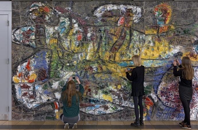 Udsnit af den midterste del af Asger Jorns tredelte relief på Århus Statsgymnasium