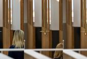 """AVPDs værk """"Gravity Lamp"""" i foyeren på Skagen Skipperskole"""