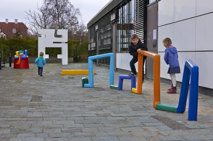 Willy Ørskov's sculptures outside Stadsbiblioteket in Lyngby