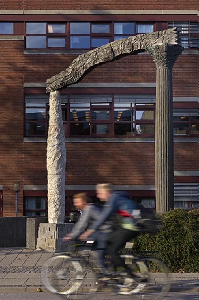 Bjørn Nørgaards portal foran Gladsaxe Hovedbibliotek