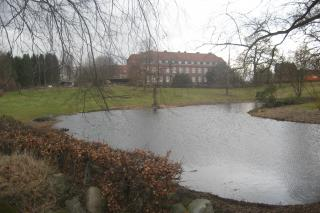 Ebberødgård vand i forgrunden