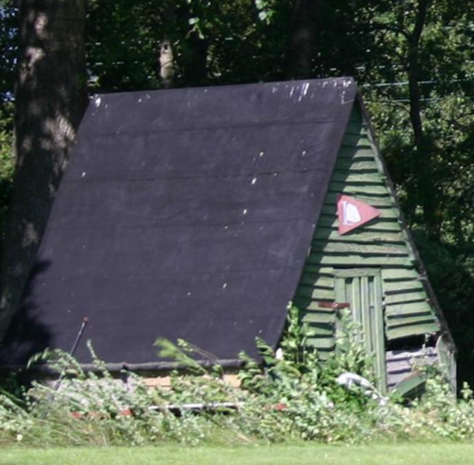 Den første bygning i en dansk teltlejr