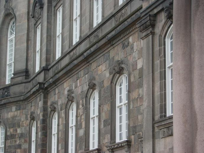 Christiansborg portrtter over vinduet 