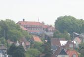 Andelsskolen omgivet af tæt villabebyggelse.