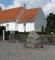 Mindesten for Jens Juel ved Gamborg Kirke.