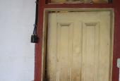 UDHUS: Værksteds dør - ligner dør i beboelseshus!