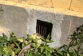 HOVEDHUS: Ventilationsrist under huset (ren luft, ingen isolering)