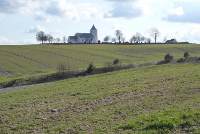 Tamdrup Kirke på afstand