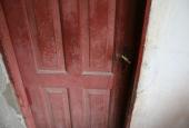 HAVEHUS: Gammel dør i udhus