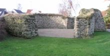 Den befæstigede kirkegårdsmur