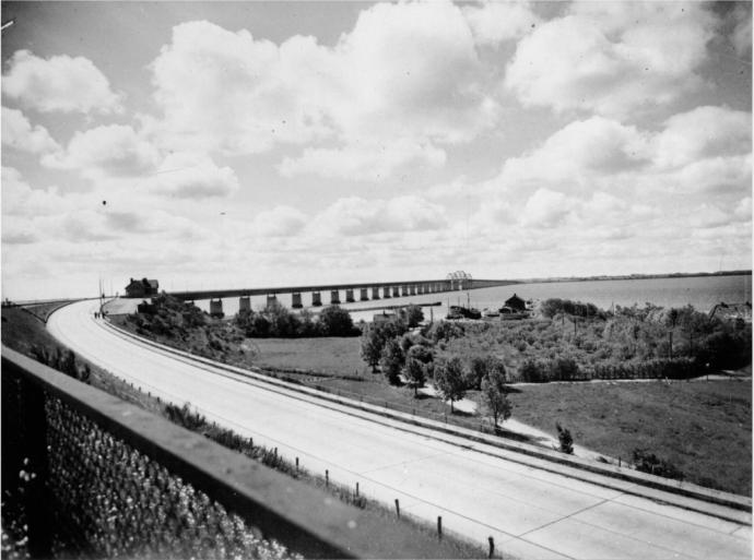 Storstrømsbroen set fra jernbanedæmningen på Masnedø.