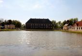Valdemars slot set over søen